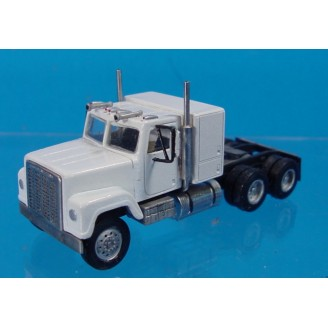 HO SCALE 1/87 INTERNATIONAL 4200/4300 SEMI TRACTOR WITH SLEEPER KIT